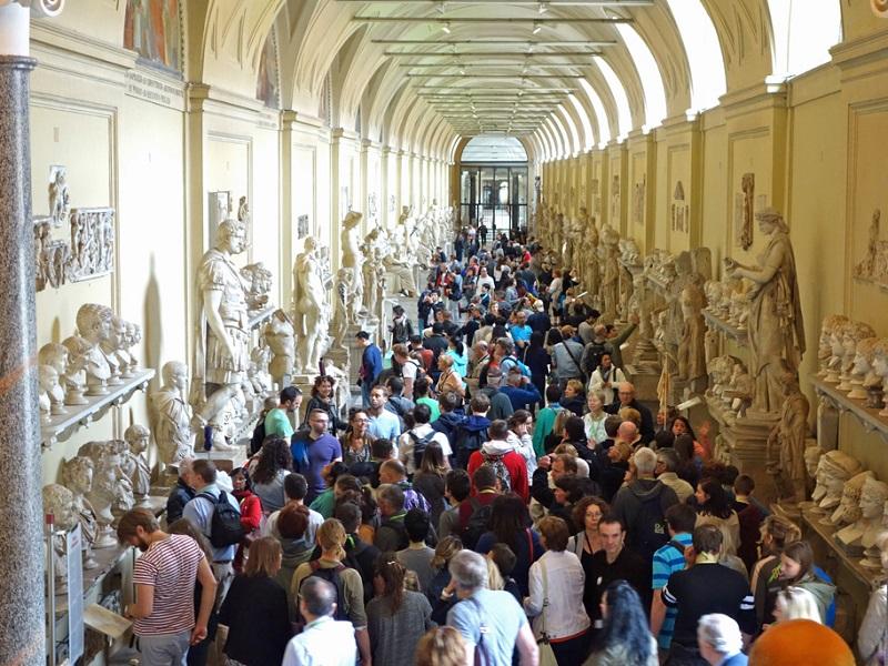 Visitatori all'interno dei Musei Vaticani a Roma