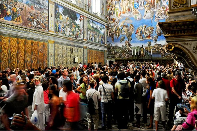 Visitatori all'interno della Cappella Sistina